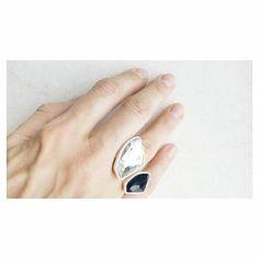 E para quem curte assimetria: anel duas pedras swarovski. Compras e informações ver Bio #anel #swarovski #design #prata #acessorios #feitoamao