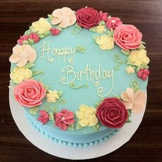 #throwbackthursday A cake class we taught about 2 years ago or more. Buttercream flowers never went out of style around here! #stillgorgeous #timeless