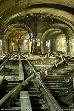 Paris Metro.......Following a raccord we arrived at a 4 track junction leading into Republique station. -Paris, France