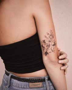 Getting modern tattoos done right - that& what .- Moderne Tätowierungen richtig machen lassen – darauf kommt es an – Brenda O. Getting modern tattoos done right – that& what matters – let - New Tattoos, Girl Tattoos, Small Tattoos, Tatoos, Female Back Tattoos, Inner Elbow Tattoos, Tattoo Female, Body Tattoos, Pretty Tattoos