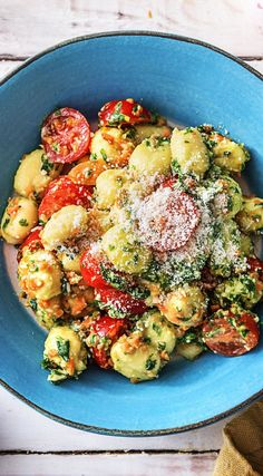 Recipe: Gnocchi with wild garlic pesto, cherry tomatoes, carrot strips and cheese Cooking / Eating / Nutrition / Delicious / Cooking box / Ingredients / Healthy / Quick / Spring / Simple / DIY / Kitch Gourmet Pizza Recipes, Grilled Pizza Recipes, Vegetarian Pizza Recipe, Deep Dish Pizza Recipe, White Pizza Recipes, Seafood Recipes, Healthy Recipes, Cooking Gnocchi, Vegetarian