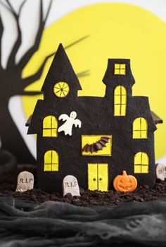 An Edible Haunted House? It's a great idea   #kidshalloween #kidshalloweencostumes #halloweenparty#Halloween