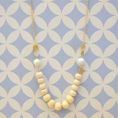 Réalisez un collier dans un esprit Scandinave avec des perles en bois pour une touche nature, des perles Swarovski pastel montés sur une chaine doré mat pour le côté chaleureux et chic. #tutoriel #diy #bois #scandinave #perles #bijoux #doré #tendance #étoile #swarovski @perlescorner