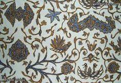 Ciri Khas dari Batik Solo  Ragam motif batik asal Solo memang dipengaruhi dengan makna-makna simbolis yang berasal dari kebudayaan Hindu. Beberapa ciri khas batik Solo banyak ditemukan pada motif-motif seperti, sawat, meru, naga, burung, dan modang