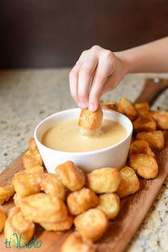 Bocaditos dePretzel Bites con salsa de queso http://tikkido.com/node/867 #pretzelbites #recipe #salado