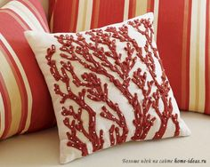Декоративная подушка с оригинальным дизайном для дивана