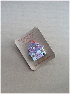 Broche en argile papier - La maison au toit rose
