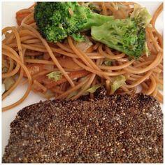 salmão com chia e spaghetti integral e legumes
