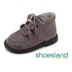 Botas de Andanines para dar los primeros pasos con seguridad y elegancia en charol color gris ceniza atadas con cordones.  Desde el 18 hasta el 24