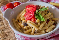"""Pasta cremosa con melanzane e pomodorini un ottimo primo piatto estivo da portare a tavola. La cremosità è data dalla """"panna"""" alla soia."""