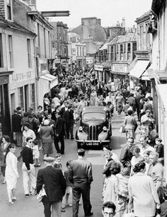 A packed Dockhead Street in Saltcoats during Glasgow Fair - 1960 West Coast Scotland, Glasgow Scotland, Arran, Slums, Vintage Photographs, Family History, New Pictures, Old Photos, Dolores Park
