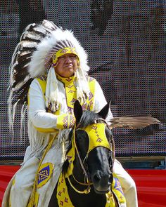 An elder of the First Nations People at Rope Square -----Calgary Stampede Native American Horses, Native American Pictures, Native American Regalia, Native American Beauty, American Indian Art, Native American History, American Symbols, American Women, Double Exposition