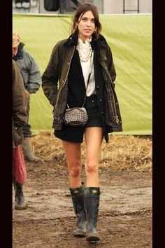 shopping e imagenes de celebrities con botas de agua: Alexa Chung en Glastonbury 2