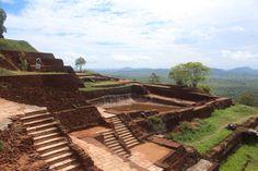 """Ruinas del #Castillo en #Sigiriya. Conoce sobre este mágico sitio en #SriLanka que tiene siglos de antiguedad. Revisa nuestro articulo: """"La Roca, el León y el Castillo"""" #Viajes #BlogdeViajes #DesarrolloPeregrino"""