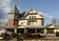 Folk Victorian Houses | Home Styles Guide - North American Houses and Residential Architecture ... Adore that porch!  I love big porches I can't deny!