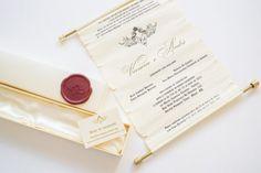 Convite de casamento em formato de pergaminho com lacre em cera feito pela Papel e Estilo.