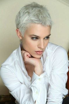modele coupe courte cheveux blonds gris, chemise blanche femme