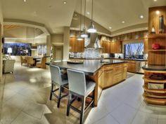espacios, barra, colores en gabinetes no en pared, ventana Kitchen: