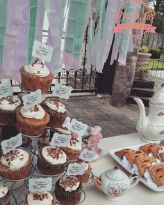 #shabbychic #dessertbar #cupcakes #strudel #lavidaesunhermososueño #pink #blue #white #teteras #rosa #azul #lila #blanco #happybirthday #colorespastel