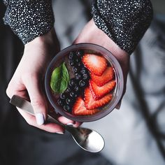 Make your morning sweeter with raw chocolate smoothie bowl 🍫🍓 #smoothiebowls #rawfoods #rawchocolate #smoothielover #foodartist