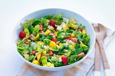 Take a look at this recipe (salad with avocado, mango and strawberries) Clean Eating Dinner, Clean Eating Snacks, Soup Starter, Salad Recipes, Healthy Recipes, Dinners To Make, Pasta, Picnic Foods, Dinner Is Served