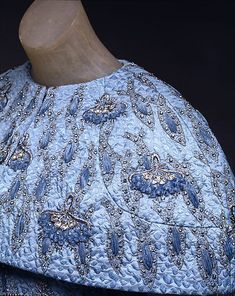 Evening ensemble - House of Givenchy - Detail = designed by Roger Vivier 1964 Vintage Prom, Vintage Gowns, Vintage Outfits, Vintage Clothing, Roger Vivier, 60s And 70s Fashion, Vintage Fashion, Professional Wardrobe, Lesage