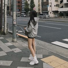 이미지: 사람 1명 이상, 사람들이 서 있음, 신발, 실외 Cute Fashion, Asian Fashion, Look Fashion, Fashion Models, Girl Fashion, Ulzzang Korean Girl, Cute Korean Girl, Asian Girl, Girl Outfits