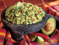 Quacamole 2 rijpe avocado's 1 limoen, uitgeperst 1 jalapeno peper (of 1/2 spaanse peper), fijngehakt 1 teentje knoflook, fijngesneden 1/2 kleine ui, fijngesneden 1 roma tomaat, zonder zaadjes en in kleine blokjes 1 eetlepel gehakte verse koriander zout en gemalen zwarte peper naar smaak Schil de avocado's en doe ze in een kom. Pers het limoensap erboven uit en prak het geheel grof door elkaar. Voeg jalapeno peper, knoflook, ui, tomaat, koriander, zout en peper toe en meng goed door met een…