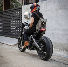Awe-inspiring cafe racer triumph - visit our brief article for way more innovations! Ducati Scrambler, Ducati Cafe Racer, Cafe Bike, Cafe Racer Bikes, Moto Bike, Cafe Racer Motorcycle, Motorcycle Style, Biker Style, Cafe Racer Helmet