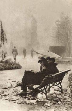 Tengo todo lo necesario para sufrir, pero me consuelo escribiendo poemas. Alejandra Pizarnik. 19 de febrero de 1956. Diarios Foto: Pareja soviética leyendo bajo un paraguas.