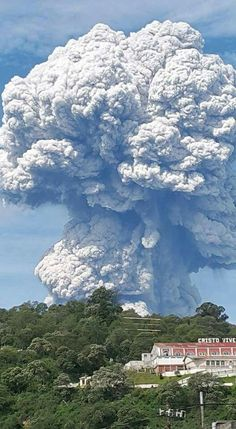 Volcán de Santiaguito en Quetzaltenango Guatemala en plena erupción.