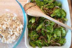 Un bon petit crumble de légumes à base de brocolis et d'oignons caramélisés au vinaigre balsamique ça vous tente ? Voici donc une recette savoureuse qui plaira à tous ! Crumble de brocolis au…