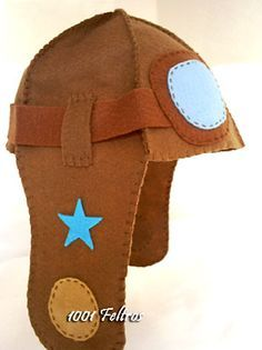 Capacete de Aviador em feltro Great aviator hat in felt. felt would be a great way to make other costume items for dress~up or halloweenGreat aviator hat in felt. felt would be a great way to make other costume items for dress~up or halloween Felt Diy, Felt Crafts, Fabric Crafts, Sewing Crafts, Sewing Projects, Sewing Ideas, Sewing For Kids, Diy For Kids, Airplane Party