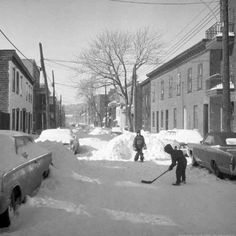 Photos From Montreal's Christmas Past Show The City's Everlasting Holiday Spirit Quebec Montreal, Montreal Ville, Holiday Pictures, Old Pictures, Photos Du, Old Photos, Montreal Hockey, Street Hockey, Canada