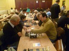 Nazareno Gabriel Bastanzo (Derecha), jugando al ajedrez.