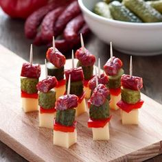 Polish Skewers - Finger food or Party food. (in Polish with translator) Picnic Finger Foods, Finger Food Appetizers, Yummy Appetizers, Appetizer Recipes, Vegetarian Finger Food, Healthy Finger Foods, Food Platters, Food Dishes, Tapas