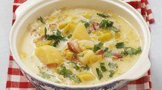 Herzhaft würzig: Lauch-Kartoffel-Suppe mit saurer Sahne und Speck | http://eatsmarter.de/rezepte/lauch-kartoffel-suppe-mit-saurer-sahne-und-speck
