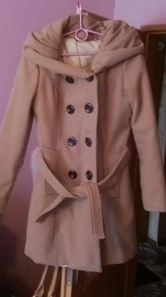 damski płaszczyk jesienno zimowy z kapturem,kolor jasny brąz ,zapinany dwurzędowo,rozmiar S/M,