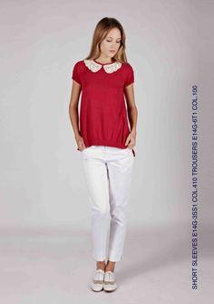 top in maglia e tessuto con colletto in pizzo macrame abbinato a pantaloni capri con profili interni in contrasto