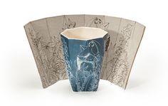 יהונתן הופ ואסנת פייטלסון מציגים סדרה של כוסות קרמיקה עם איורי נוף, שילוב בין עבודה דיגיטלית וידנית, בין הצורות הגיאומטריות של הכוסות של הופ לאיורים האוגניים של פייטלסון ( צילום: עידו אדן )