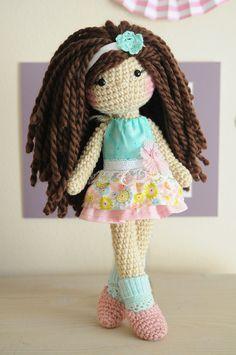 Este adorable ganchillo muñeca tiene cabello largo y castaño rizado lana, teal calcetines y zapatos rosas (calcetines y zapatos no son