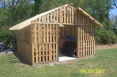 Old Pallets Shed Made From Reclaimed Pallets Home Improvement Recycled Pallets - Many pictures from different constructions made from wooden pallets! From the doghouse to several fences, here is a shed built … Pallet Barn, Pallet Shed, Pallet House, Pallet Fence, Building A Wood Shed, Pallet Building, Building Design, Recycled Pallets, Wooden Pallets