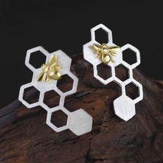 As the 18K gold plated bee arrives home, it's greeted by platinum plated sweet honeycombs. The hexagonal shaped combs provide a strong stable structure for thes