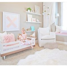 TODDLER / / Cute toddler bed and reading nook in the little girl's room of stylist @oilostudio in pastels and white, a nice transition from the nursery. ✔️