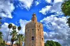A Torre Del Oro está localizada na cidade de Sevilha, na Espanha, e é um dos símbolos mais famosos do país! Sua arquitetura do século XIII encanta seus moradores e os visitantes do mundo inteiro. Além de bela e um dos pontos mais visitados do mundo, a torre também fez parte das muralhas que protegiam a cidade das invasões árabes.   CT Operadora Todos os destinos, seu ponto de partida #torredeloro #espanha #sevilha #ctoperadora #queroconhecer #seumelhordestino