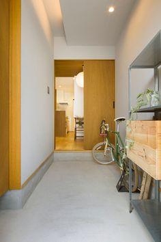 玄関のスペースを広くとったことで自転車も余裕で収納できます。