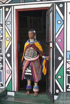 Internationally acclaimed Ndebele artist, Esther Mahlangu, at her home in KwaNdebele. African Beauty, African Women, African Tribes, Afrique Art, Art Premier, Out Of Africa, Arte Popular, African Culture, Art Graphique