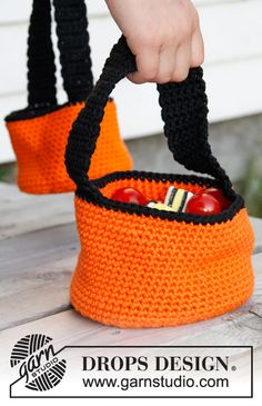 FREE crochet trick or treat basket pattern! We've compiled this spooktacular list of our top 10 favourite FREE Halloween crochet patterns, with 2 exclusive new patterns from Simply Crochet Magazine. Crochet Pour Halloween, Sac Halloween, Halloween Crochet Patterns, Crochet Bat, Crochet Pumpkin, Crochet Crafts, Free Crochet, Drops Design, Confection Au Crochet