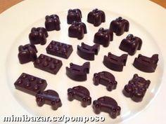 Tyto pralinky dělala má nejstarší dcerka, rozehřála si čokoládu a pak vždy na dno formy na pralinky ...