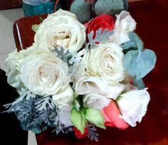 Bouquet orgânico com rosas cores coral e creme, eucalipto e cinerária marítima.